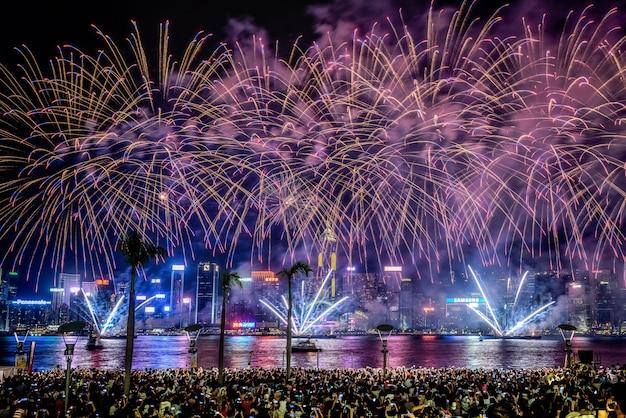 Hermoso tiro de coloridos fuegos artificiales vibrantes en el cielo nocturno durante las vacaciones Foto gratis