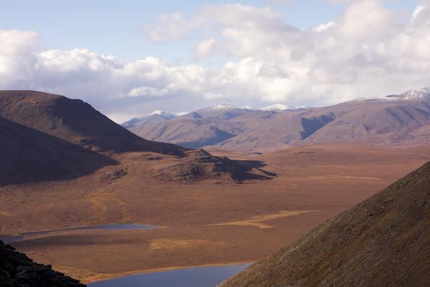 Hermoso tiro de lagos en medio de las colinas en el parque nacional puertas del ártico Foto gratis