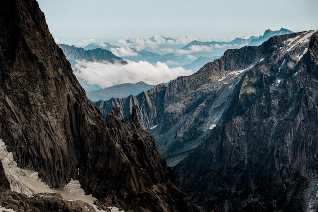 Hermoso tiro de montañas con un cielo despejado en el fondo Foto gratis