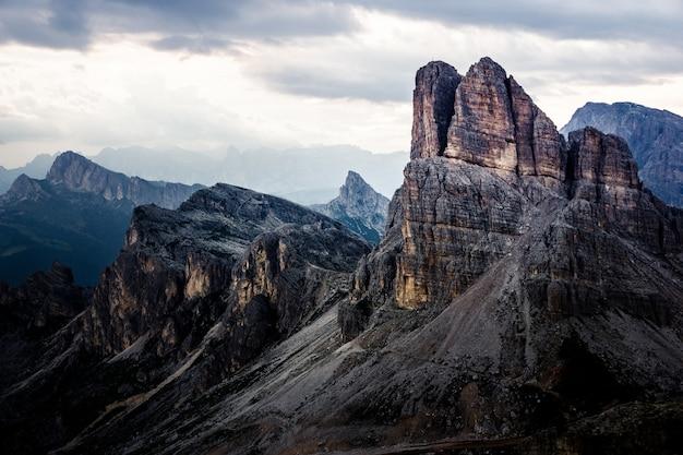 Hermoso tiro de montañas bajo un cielo nublado Foto gratis
