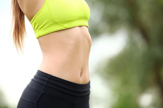 Hermoso torso de mujer joven en fitwear Foto gratis