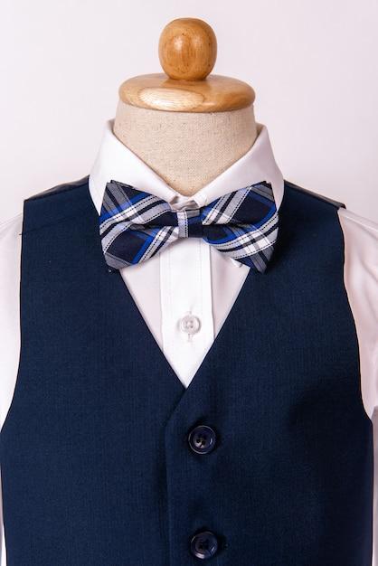 c93d1d2a9 Hermoso traje azul para hombre con camisa y pajarita azul. Foto Premium