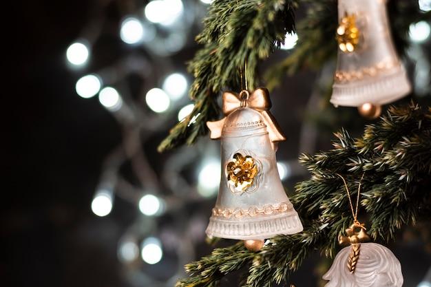 Hermosos adornos en primer plano del árbol de navidad Foto gratis