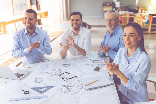 Hermosos arquitectos en camisas clásicas están trabajando en la oficina Foto Premium