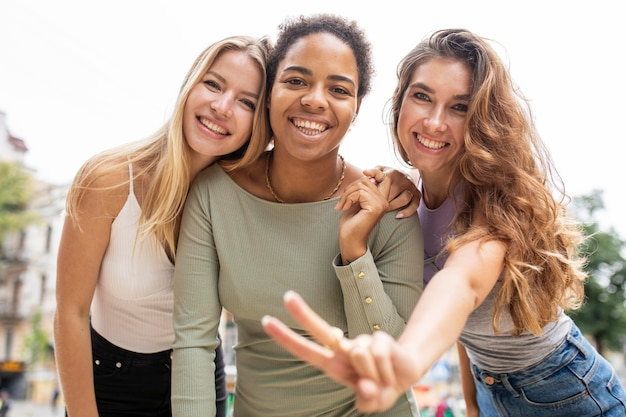 Hermosos jóvenes amigos riendo vista baja Foto gratis