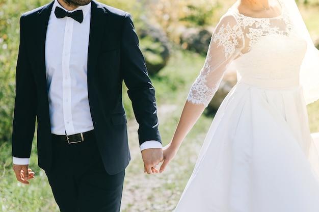 hermosos novios con vestido blanco y traje negro | descargar fotos