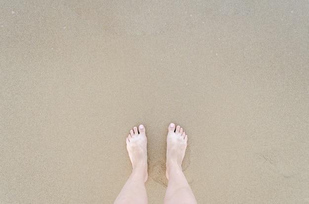 Hermosos pies descalzos en la playa Foto Premium