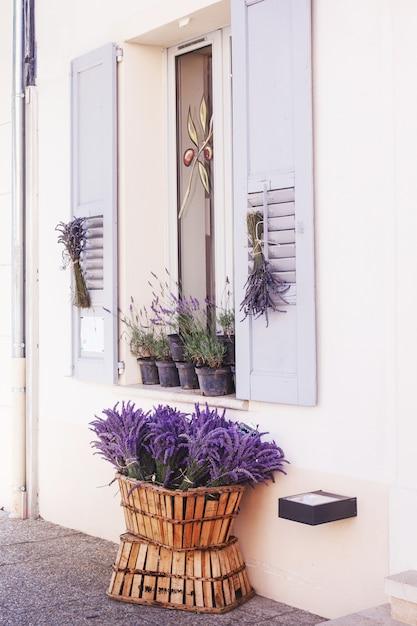 Los hermosos ramos de lavanda se colocan en una canasta en venta en el mercado local, valensole, provenza, francia Foto Premium