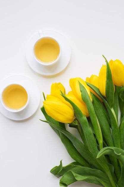 Hermosos tulipanes amarillos Foto Premium