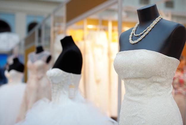 Hermosos vestidos de novia en un maniquí Foto Premium