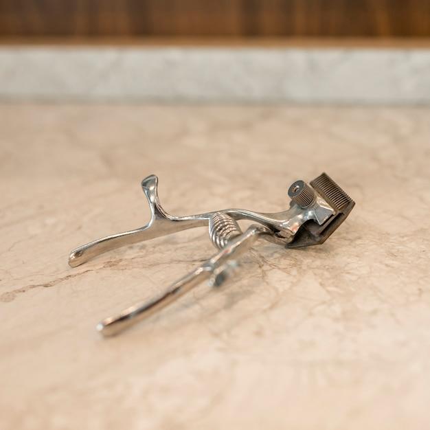 Herramienta profesional de barbero para corte de pelo en mesa. Foto gratis