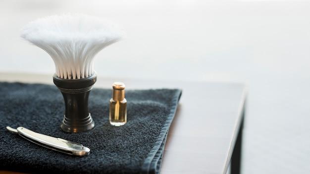 Herramientas para afeitarse barba en escritorio Foto gratis