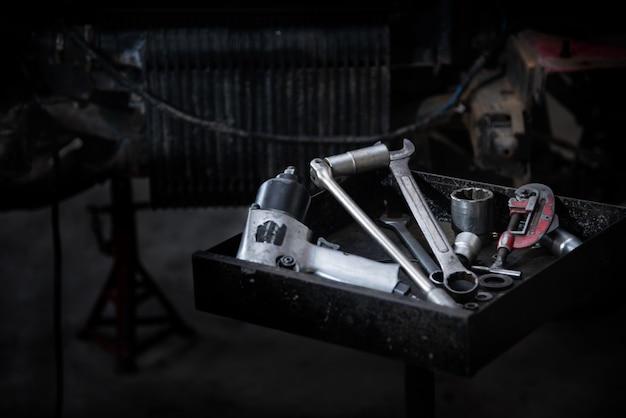 Herramientas en la bandeja de herramientas para reparar automóviles Foto gratis