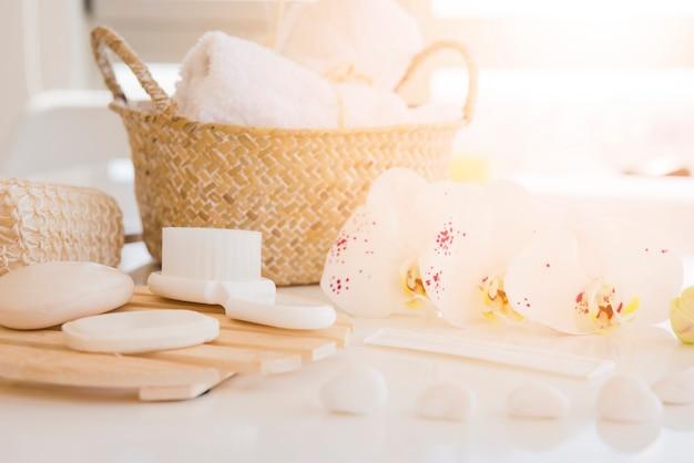 Herramientas de baño en escritorio blanco Foto gratis