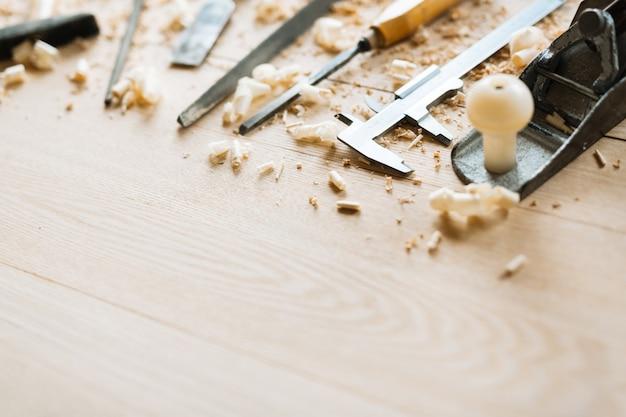 Herramientas de carpintería en el fondo de la mesa de madera Foto gratis