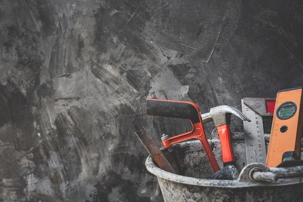 Herramientas de construcción colocadas en suelos de madera. Foto gratis