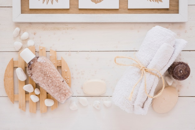 Herramientas de ducha colocadas sobre mesa de madera Foto gratis