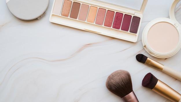 Herramientas de maquillaje y sombra de ojos Foto gratis