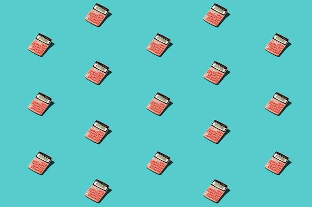 Herramientas de oficina rosa en superficie azul Foto gratis