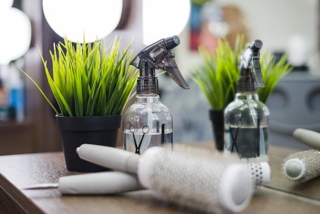 Herramientas peluquería con planta Foto gratis