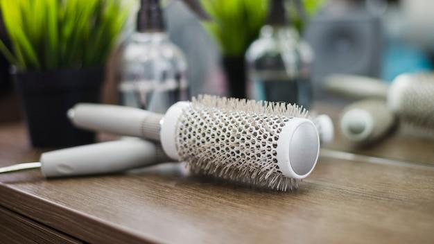Herramientas peluquería sobre mesa Foto gratis