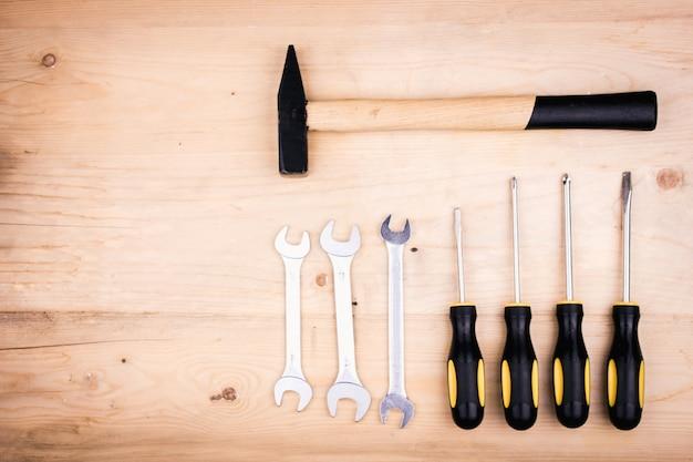 Herramientas de reparación - martillo, destornilladores, llaves ajustables, alicates. concepto masculino para el día del padre. Foto Premium