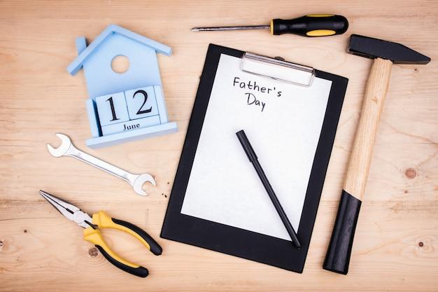 Herramientas de reparación - martillo, destornilladores, llaves ajustables, alicates. hoja de papel blanco. concepto masculino para el día del padre 12 de junio. Foto Premium
