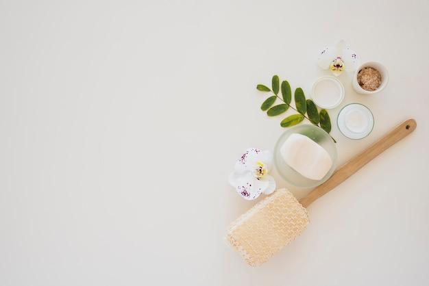 Herramientas de salud de la piel sobre fondo blanco. Foto gratis