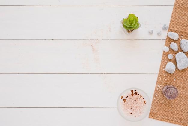 Herramientas de spa en mesa de madera blanca Foto gratis