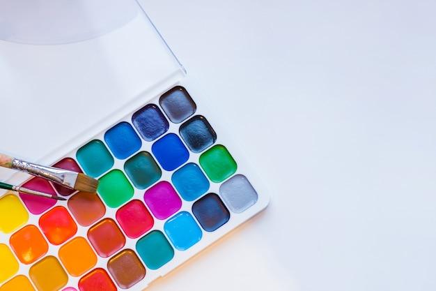 Herramientas para el trabajo creativo sobre un fondo de madera blanco. Foto Premium