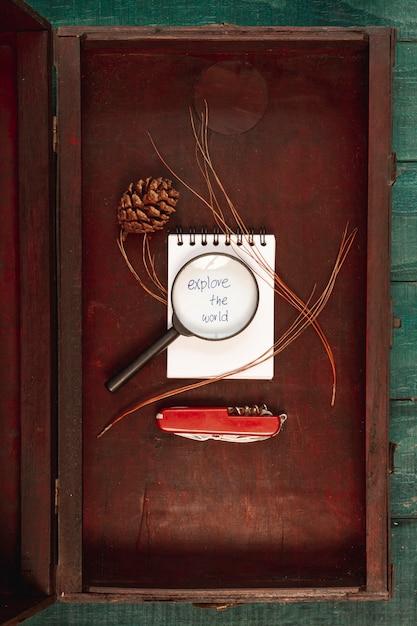 Herramientas de vista superior para viajar en caja de madera. Foto gratis