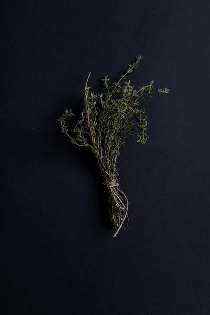 Hierba de tomillo en mesa negra, vista superior Foto gratis