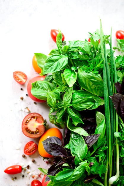 Hierbas aromáticas frescas verdes - tomillo, albahaca, perejil en fondo gris. marco de alimentos, diseño de la frontera. Foto Premium