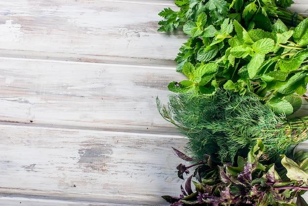 Hierbas frescas picantes, eneldo, albahaca, perejil, menta Foto Premium