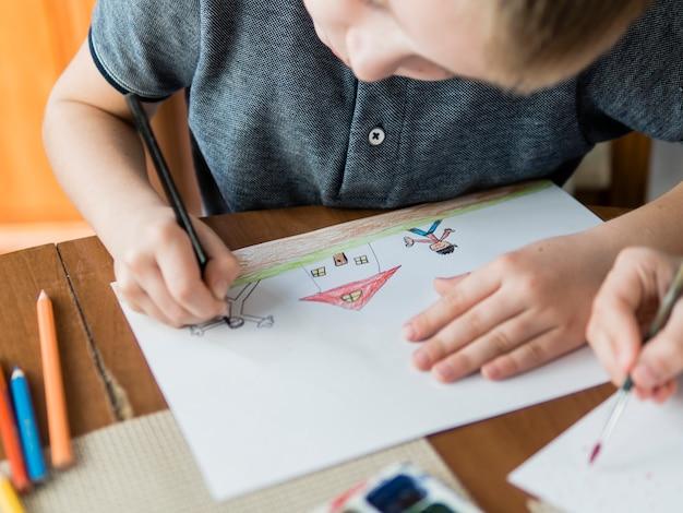 High view niño dibujando para su padre Foto Premium