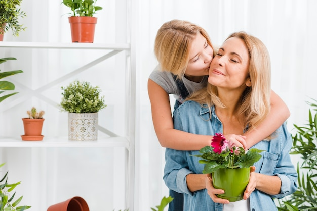 Hija besando a su madre Foto gratis