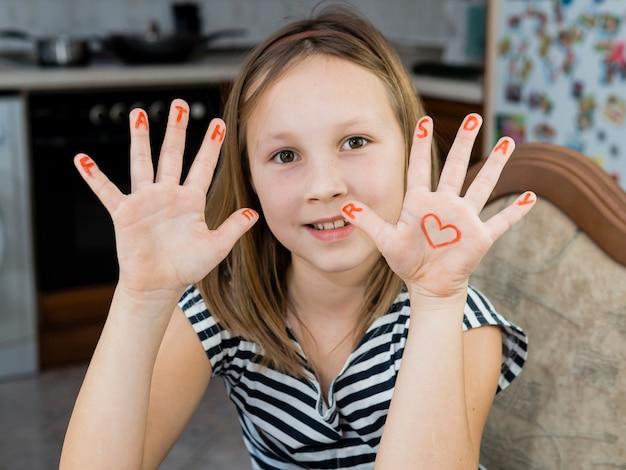 Hija dibujando un corazón del día del padre Foto gratis