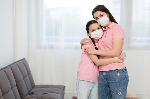 Hija y madre abrazando Foto gratis