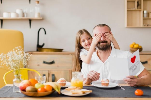 Hija y papá en el desayuno el día del padre Foto Premium