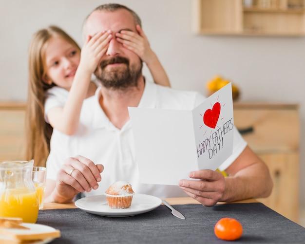 Hija y papá en el desayuno el día del padre Foto gratis