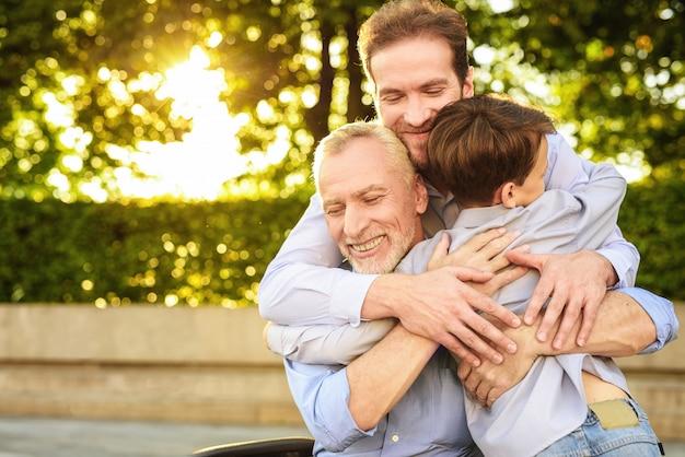 Hijo nieto y anciano abraza reunión familiar Foto Premium