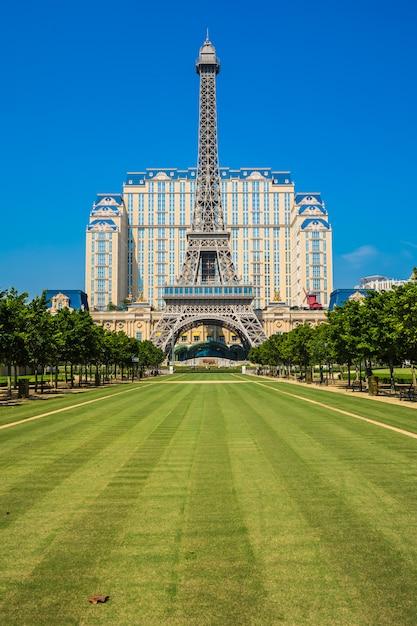 Hito de la hermosa torre eiffel del hotel y centro turístico parisino en la ciudad de macao Foto gratis
