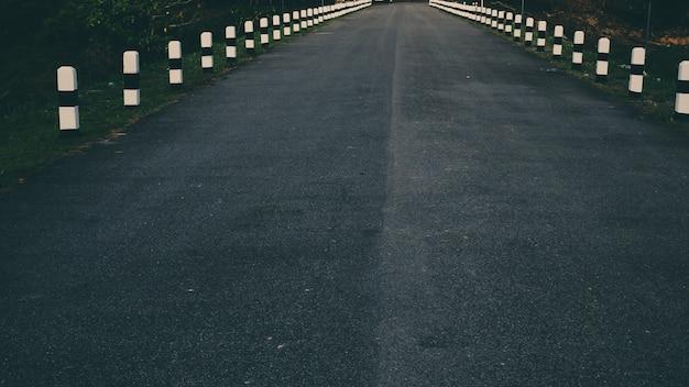 Hito junto a la carretera en la pared de la presa y el paisaje natural nakhonnayok tailandia señal de tráfico viaje viaje por carretera concepto idea fondo Foto Premium