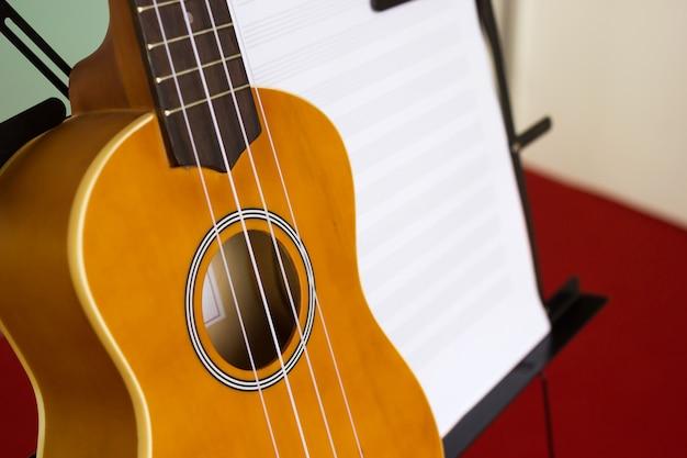 Hoja de música de pie y ukelele | Descargar Fotos premium
