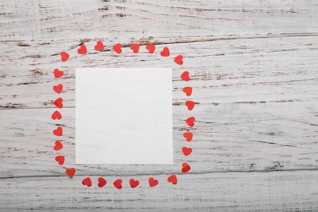 Hoja de papel blanco sobre un fondo de madera blanca. concepto del ...