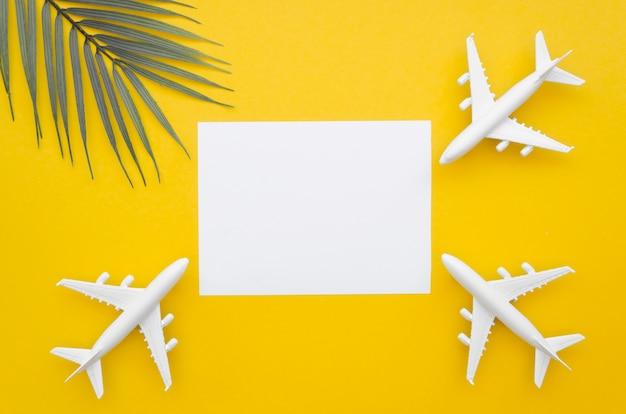 Hoja de papel con aviones alrededor Foto gratis