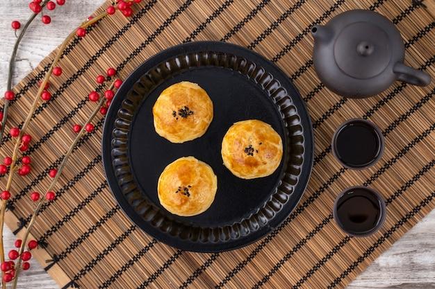 Hojaldre de yema recién horneado en placa negra Foto Premium