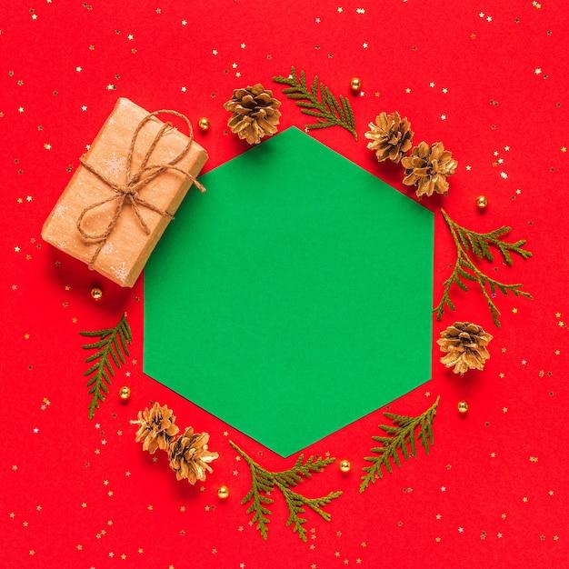 Hojas de abeto y piñas con caja regalo Foto Premium