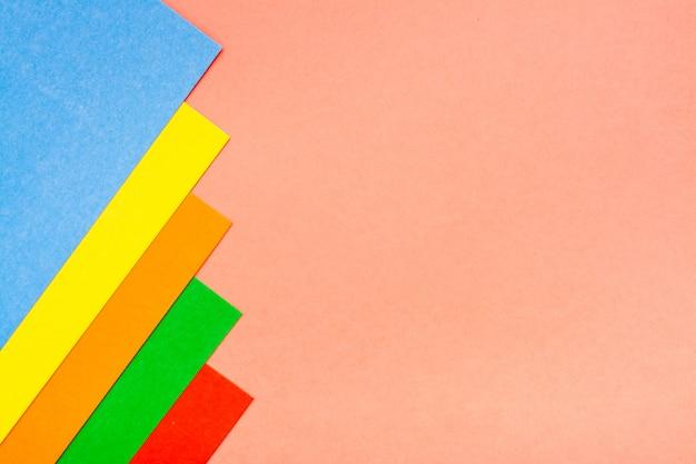 Hojas de cartón de colores se encuentran en una fila. Foto Premium