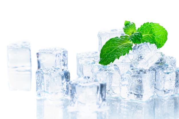 Hojas de menta en el cubo de hielo aislado Foto Premium